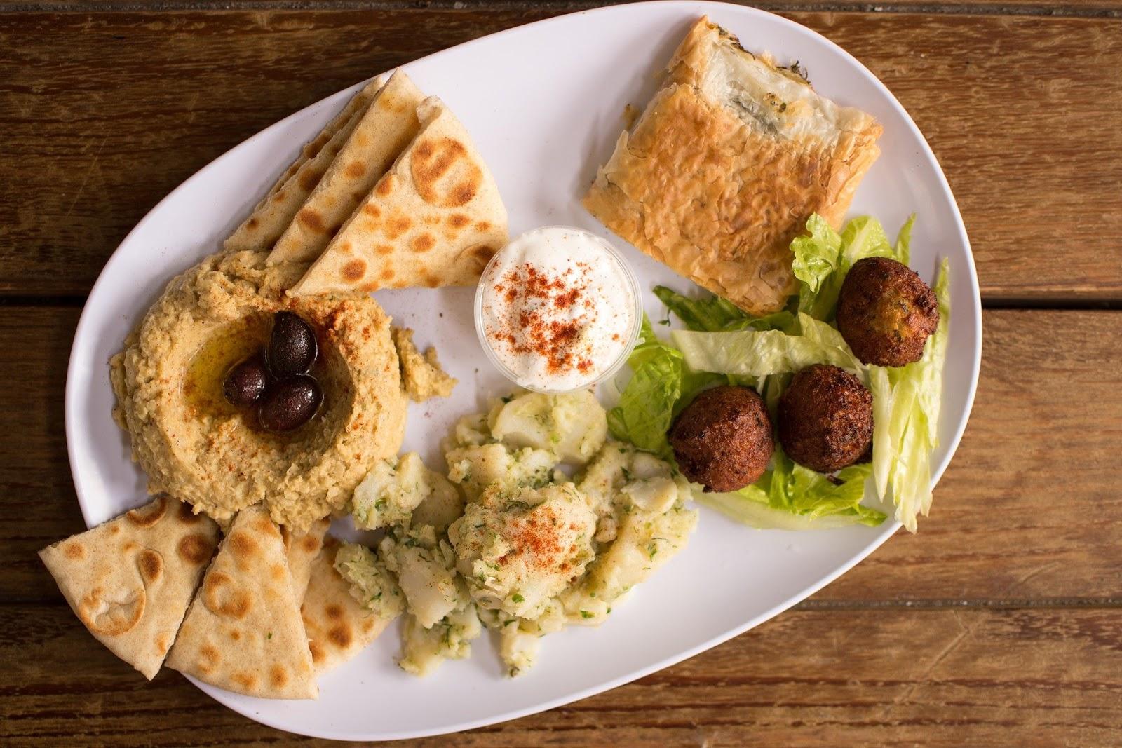 falafele z hummusem i sosem